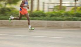 Corridori maratona che corrono sulla via Fotografia Stock Libera da Diritti