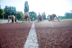 Corridori maschii di atletica sulla linea di partenza senza camice Fotografia Stock Libera da Diritti
