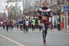 Corridori sulla corsa tradizionale di Natale di Vilnius immagine stock