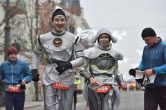 Corridori sulla corsa tradizionale di Natale di Vilnius fotografie stock libere da diritti