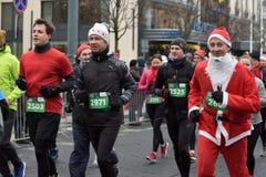 Corridori sulla corsa tradizionale di Natale di Vilnius immagini stock libere da diritti