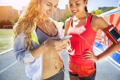 Corridori sulla pista dello stadio Allenamento di forma fisica di estate delle donne Immagine Stock Libera da Diritti