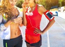 Corridori sulla pista dello stadio Allenamento di forma fisica di estate delle donne Fotografie Stock