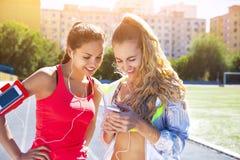 Corridori sulla pista dello stadio Allenamento di forma fisica di estate delle donne Immagine Stock