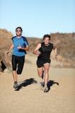 Corridori - uomini che sprinting immagine stock