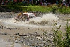 corridori 4X4 attraverso fango nell'Ecuador Fotografia Stock