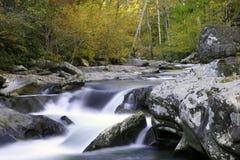 Corriente ahumada de la caída de la montaña Fotos de archivo libres de regalías