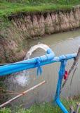 Corriente azul del tubo de la bomba abajo Fotografía de archivo libre de regalías