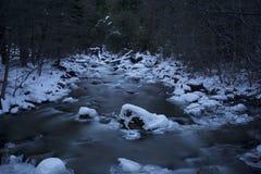corriente congelada de la montaña Imagen de archivo libre de regalías