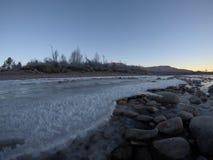 Corriente congelada fría del río Fotos de archivo