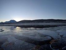 Corriente congelada fría del río en último otoño Foto de archivo libre de regalías