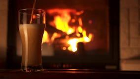 Corriente de colada en bocal de cristal de la cerveza del refresco con la cámara lenta de la chimenea de las burbujas de la espum metrajes