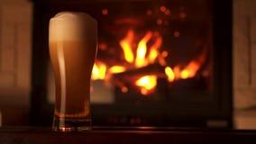 Corriente de colada en bocal de cristal de la cerveza del refresco con la chimenea 4K de las burbujas de la espuma y de aire almacen de metraje de vídeo