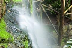 Corriente de la cascada. Fotografía de archivo