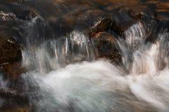 Corriente de la cascada y del bosque Imagenes de archivo