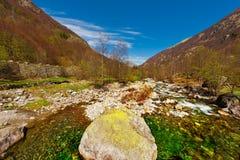 Corriente de la montaña Foto de archivo