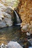 Corriente de la montaña con la cascada en las montañas de Tien Shan uzbekistan Foto de archivo