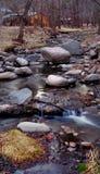 Corriente de la montaña del invierno con la cabina Fotografía de archivo libre de regalías