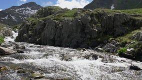 Corriente de la montaña en las montañas de Suiza en la cámara lenta almacen de video
