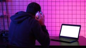 Corriente de observación de las auriculares del videojugador que lleva de un juego Visualización blanca metrajes