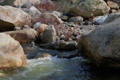 Corriente de ondulación por los cantos rodados en el valle que lleva al parque nacional de secoya, California Imagenes de archivo