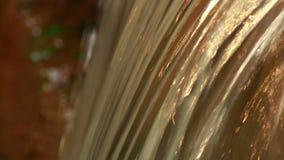 Corriente de oro del agua almacen de metraje de vídeo
