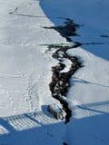 Corriente debajo de la nieve Fotos de archivo