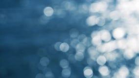 Corriente defocused abstracta con la reflexión de la luz del sol almacen de video