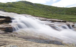 Corriente del agua abajo de las rocas Imagen de archivo libre de regalías