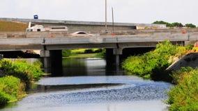 Corriente del agua debajo del puente de la calle fotos de archivo