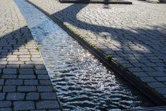 corriente del agua en ?rea peatonal fotografía de archivo