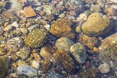 Corriente del agua en la roca de piedra Imagen de archivo