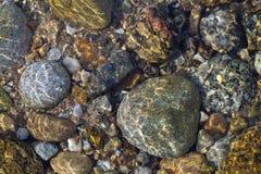 Corriente del agua en la roca de piedra Imagen de archivo libre de regalías