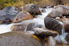 Corriente del agua que corre sobre rocas imágenes de archivo libres de regalías