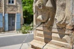 Corriente del agua que sale de Roman Art Fountain fotos de archivo