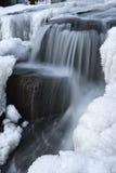 Corriente del bosque del invierno Fotos de archivo
