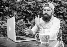 Corriente del campeonato en l?nea Ocio brutal del hombre con la cerveza y el juego del deporte Juego barbudo del reloj del inconf imagenes de archivo