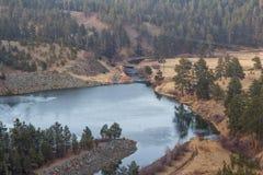 Corriente del río a través de un valle marrón Imagen de archivo