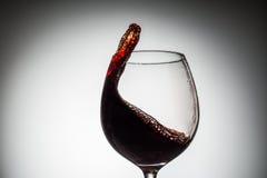 Corriente del vino que vierte en un vidrio Foto de archivo