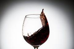 Corriente del vino que vierte en un vidrio Fotografía de archivo