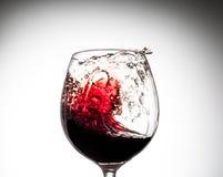 Corriente del vino que vierte en un vidrio Imagen de archivo