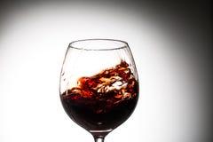 Corriente del vino que vierte en un vidrio Imágenes de archivo libres de regalías