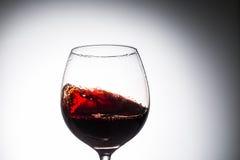 Corriente del vino que vierte en un vidrio Fotos de archivo libres de regalías