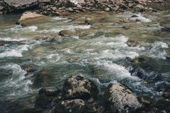 Corriente en el río de la montaña Imagen de archivo libre de regalías