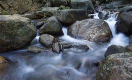 Corriente en la cascada Fotografía de archivo libre de regalías