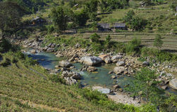 Corriente en un valle cerca de un pueblo, Vietnam septentrional de la montaña Foto de archivo libre de regalías