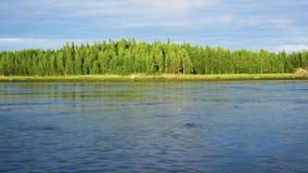 Corriente fuerte del agua en el río o de la marea con marea baja y alta en bahía del mar almacen de video