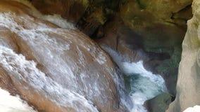 Corriente fuerte en la cueva Un pequeño metro de la cascada El flujo de roturas del agua entre las piedras almacen de metraje de vídeo