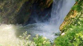 Corriente fuerte en la cueva Un pequeño metro de la cascada El flujo de roturas del agua entre las piedras almacen de video