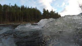 Corriente helada de la cala de la montaña con la acumulación de hielo masiva que fluye en el río metrajes